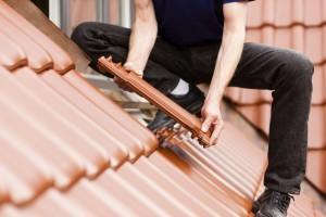 Dachdecker auf dem Dach